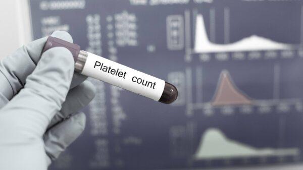 Los médicos relacionan las vacunas de Pfizer y Moderna con un trastorno sanguíneo potencialmente mortal