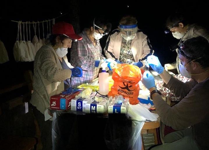 Científicos de Georgia procesando murciélagos capturados por la noche (foto: Facebook, Kendra Phelps, Eco Health Alliance, octubre de 2018)